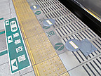 新宿2番線の取付穴